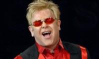 Elton John é internado às pressas com apendicite aguda