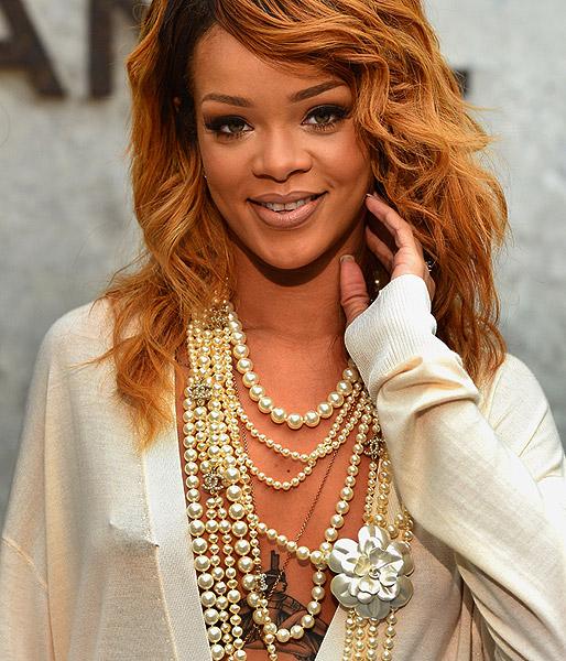 Rihanna vai a desfile da Chanel com tudo à mostra, inclusive o piercing no mamilo 1