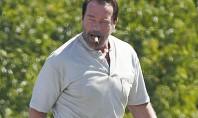 Arnold Schwarzenegger aparece de barba e fumando charuto