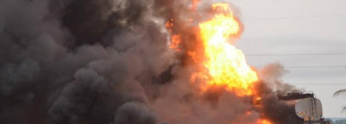 Acidente com caminhão de combustível deixa 3 mortos na BR-153 [Com o acidente, aconteceu uma explosão]