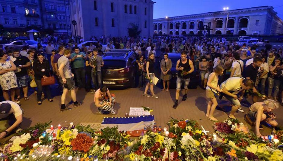 Avião cai na Ucrânia homenagens as vítimas