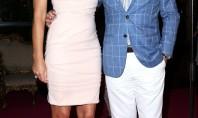 Elizabeth Hurley vende beijo por 180 mil em leilão beneficente