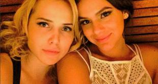 Bruna Marquezine e Letícia Colin, companheiras de elenco, são amigas fora das gravações.