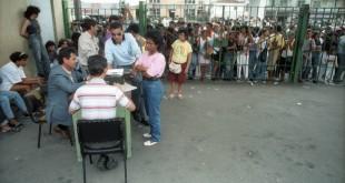 Familiares de presos checam informações com funcionários do presídio Foto: Arquivo/O Globo