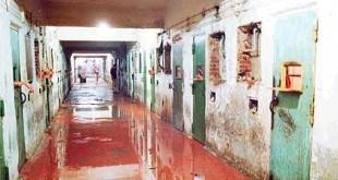 Além das marcas de bala corredores ficaram cheio de água com sangue Foto: Reprodução/Internet
