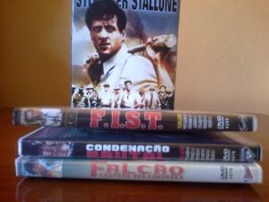 DVDs extremamente tortos, com o Box ao fundo.