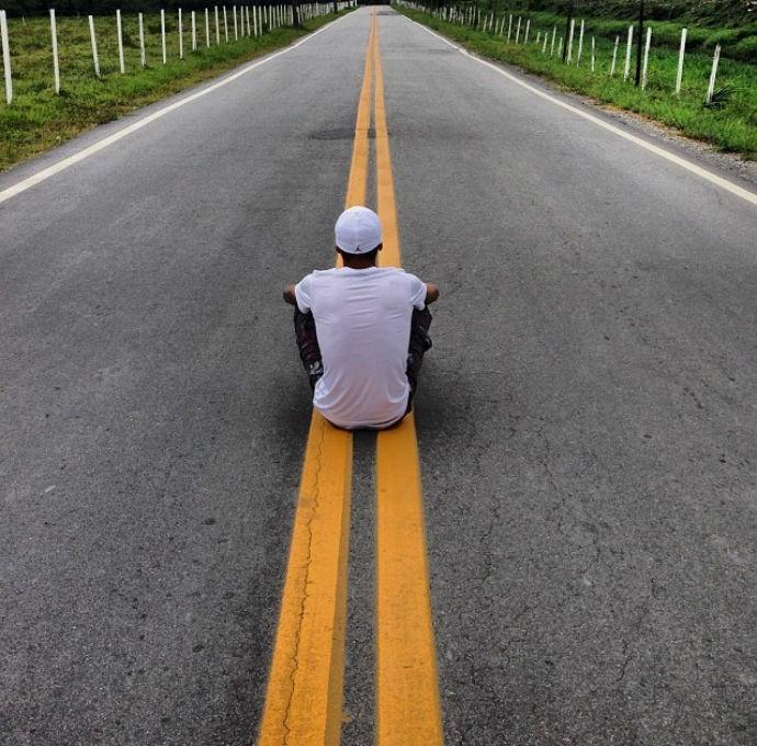 neymar_sentado_estrada_o-tempo-nao-volta