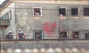 PMs da muralha observam a movimentação no pavilhão 9 Foto: Arquivo/O Globo