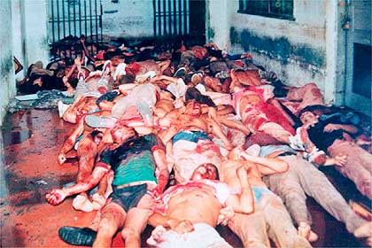 Corpos jogdos no grêmio recreativo do Carandiru Foto: Folha Imagem/Arquivo