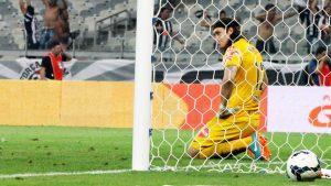 Cassio levando gol